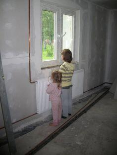 Nowe okna, nowe ściany, podłogi, grzejniki - Zuzia z Martynką z radością patrzą w dal...