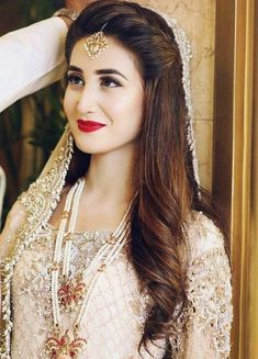 Pakistani Wedding Hairstyles, Lehenga Hairstyles, Best Wedding Hairstyles, Bride Hairstyles, Hairstyle Ideas, Pakistani Hair Style, Updo Hairstyle, Simple Hairstyle For Saree, Hairstyle Short