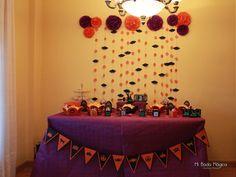 Mesa de dulces: con pompones y fondo de murciélagos.