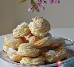 Venčeky. Prvé si pripravíme cesto - odpalované cesto, ktoré sa používa aj na talianske profiterolky, francúzske éclair, veterníky a na naše venčeky. Eastern European Recipes, Czech Recipes, Eclairs, Nutella, Baked Goods, Baking Recipes, Food And Drink, Lunch, Treats