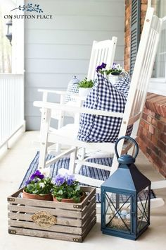 Easy ideas and inspiration for fun summer front porch decor. Includes a daisy wr. Easy ideas and inspiration for fun summer front porch decor. Includes a daisy wreath, easy planter ideas and how to add accessories. Diy Home Decor Rustic, Easy Home Decor, Farmhouse Decor, Farmhouse Style, Front Porch Remodel, Front Porch Makeover, Summer Porch Decor, Summer Front Porches, Tiki Bars