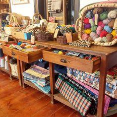 Es la tienda de cosas bonitas de Rosa Pomar, todo un referente en el mundo del punto y el ganchillo. También tiene su propia marca de lanas y dos libros publicados. Si aún no la conocéis, os recomiendo que la sigáis en Instagram. Su tienda, como no podía ser de otra manera, es preciosa.