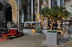 Decoración con árboles, flores y velas en la iglesia de San Francisco.