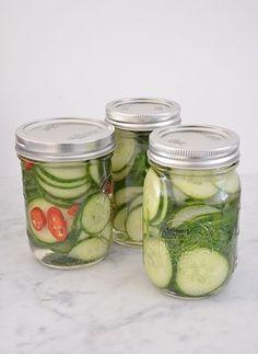 Komkommers inmaken op 3 manier, eentje met dille en eentje met rode peper.