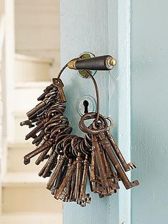 vintage ring of old keys. Antique Keys, Vintage Keys, Vintage Love, Antique Hardware, Vintage Vibes, Vintage Stuff, Under Lock And Key, Key Lock, Knobs And Knockers