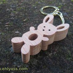 Porte-clés lapin en bois de hêtre en chantournage