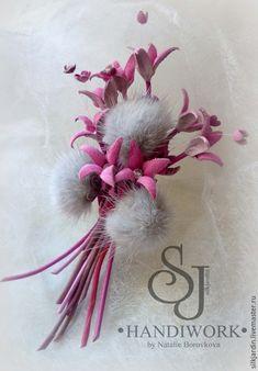 Купить или заказать Цветы из ткани. Брошь-цветок Камелия в интернет-магазине на Ярмарке Мастеров. Цветок из ткани, шёлковая брошь ручной работы. Тычинки декорированы серебристым порошком. Серединка открытого цветка имеет холодный розово-фиолетовоый цвет с оттенками теплого розового. Листья сине-серые . Крепёж универсальный (булавка+зажим), что позволяет крепить брошь и на волосы, на ободок, на пояс платья, на шторы.