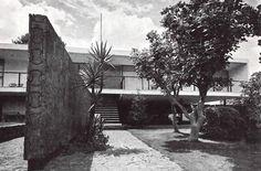 Vista lateral de la zona de recepción, Casa en San Jerónimo, San Jerónimo Lídice, Magdalena Contreras, México DF 1964 Arq. David Muñoz Suárez - Side view from the entrace garden, House in San Jeronimo, San Jeronimo Lidice, Mexico City, 1964