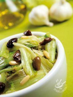 La Scarola stufata con olive e pinoli è una delle varianti di un contorno famoso della cucina tradizionale campana. Per tradizione, si consuma a Natale.