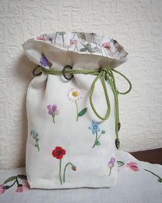 リングにロープを通す仕立てのきんちゃく袋が気に入って、白いリネンに青木和子さんの小さな花の図案をステッチ ・ #刺繍 #embroidery  #handmade  #青木和子さん  #きんちゃく袋
