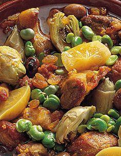 Recette Tajine d'agneau aux artichauts et fèves : Écossez les fèves. Pelez, hachez l'ail. Détaillez la viande en morceaux de 3 cm de côté et gardez-la a...