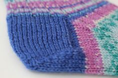 Nach der Anleitung kannst du eine Herzchenferse stricken Good sock fit with the sweetheart heel. We show how she is knitted. Beginner Knitting Projects, Knitting For Beginners, Knitted Fabric, Knitted Hats, Wire Crochet, Learn How To Knit, Cool Socks, Knitting Socks, Yarn Crafts