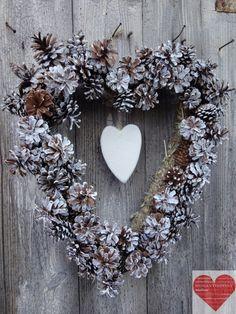 Ghirlanda natalizia a forma di cuore con pigne di RomantikPony