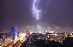 Un rayo impacta en la torre Fernsehturm, Berlin, Alemania (Spreephoto, 2013)