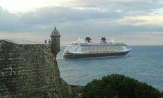 El Crucero Disney Fantasy saliendo de la bahía San Juan P.R
