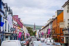 Escapade dans la ville colorée de Kenmare en Irlande...   #kenmare #Ireland #Irlande #alainntours #city Photo Souvenir, Escapade, Street View, Mountain Pass, White Sand Beach, Nice Beach, Family Vacations, Magic