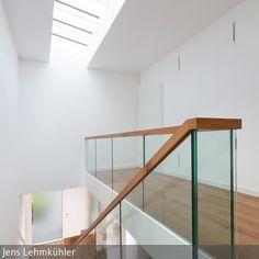 Um eine optimale Belichtung über der Treppe und dem Flur zu erhalten, wurde ein Oberlicht eingebaut.