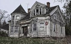 Abandoned Victorian style house aka a house that needs a lil tlc