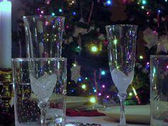 """de hele tafel keek verschrikt op uit hun gebed. Ik sloot snel mijn ogen, drukte mijn handen heel stevig op elkaar en deed een schietgebedje: """"Alsjeblieft lieve lieve Heer, laat me hier en nu alsjeblieft door de grond zakken!!!!"""". http://www.just40.nl/bloggers/kerstblunder-2/"""