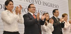 Al finalizar el evento, el Gobernador y el secretario de Educación, Adolfo Mota Hernández, dieron el banderazo a las unidades que repartirán artículos para los alumnos, como parte del programa Útiles Escolares para todos.