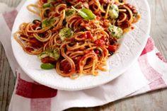 Das Rezept für Spaghetti all' Amatriciana mit Mozzarella-Pesto-Bällchen und weitere kostenlose Rezepte auf LECKER.de