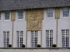 Stunning Charles Rennie MackIntosh building in Glasgow Charles Mackintosh, Charles Rennie Mackintosh Designs, Art Nouveau, Architecture Details, Glasgow Architecture, House For An Art Lover, Glasgow School Of Art, House On A Hill, Arts And Crafts Movement