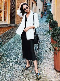 Slip dress Vestido preto Blazer branco Mule Bolsa preta