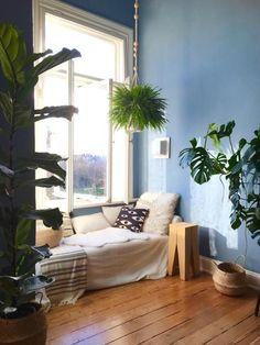 Super gemütlich! Blaue Wand und Kuschelecke unter dem Fenster! #Altbau #interior #cozy #wohnen #wohnzimmer #COUCHstyle #hygge