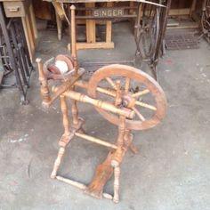 biete ein dekoratives altes spinnrad mit spulenhalter kann nicht sagen wie alt es schon ist. Black Bedroom Furniture Sets. Home Design Ideas
