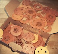 Baumschmuck: Sonstige - Weihnachtskugeln in Echtholz Furnier (Zeder) - ein Designerstück von Mach-Einzigartiges bei DaWanda