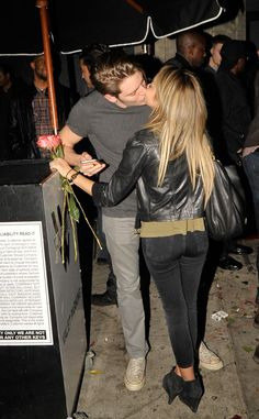 Sarah Hyland Spotted Kissing Rumored Boyfriend Dominic Sherwood?See the PDA Pic!   E! Online Mobile