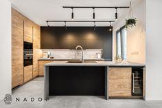 Dalmine | black je kuchyně z lamina v provedení černá mat, dub a beton. Zaujme svým přírodním vzhledem a nadstandartním úložným prostorem. Její bezchybný vzhled podtrhuje bezúchytkové otevírání a osvětlení v liště horních skříněk.