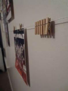 Hanging posters with clothespins, for teenagers. So creative Poster Hanging, So Creative, Clothespins, Sharks, Wall Hangings, Teenagers, Jute, Nautical, Organize