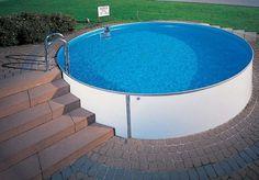 runder Swimmingpool mit Stahlwänden im Garten