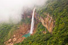 Las cascadas Nohkalikai se encuentran en Cherrapunji, India.