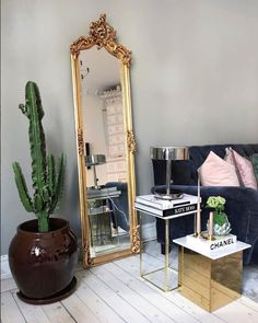 Mélange de styles : le miroir néo-classique trouve toute sa place au milieu d'une décoration design & contemporaine...
