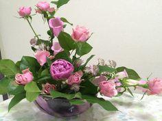 5月アレンジ 基本型「Lシェイプ」 〈使った花材〉芍薬(春装):2本/ スプレーバラ(ウィステリアージュ):2本 / カンパニュラ(チャンピオンピンク):2本/ アネモネ(ポルト):3本/ アストランチャー(ローマ):4本/ レモンリーフ:適量 Flower Arrangements, Glass Vase, Flowers, Decor, Floral Arrangements, Decoration, Decorating, Royal Icing Flowers, Flower