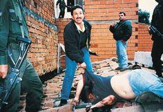 Aguilar Naranjo con el cuerpo de Pablo Escobar el 2 de diciembre de 1993. Foto: Especial