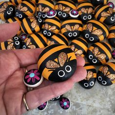 Hand painted pet rock- 'Bumble bee' with flower pebble Remember When we used to paint ladybugs. This is an awesome idea we have kids Pebble Painting, Pebble Art, Stone Painting, Painting Flowers, Bee Crafts, Rock Crafts, Rock Painting Designs, Paint Designs, Bee Rocks