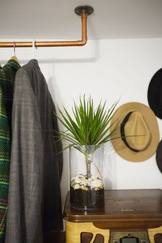 Falta espaço no armário? Aprenda a fazer um cabideiro de roupas simples e barato