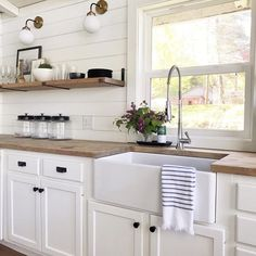 Decorating with lavender flowers can add such pretty kitchen decor. Decorating with lavender flowers can add such pretty kitchen decor. Love this farmhouse kitchen with simple lavender decoration. Farmhouse Kitchen Decor, Home Decor Kitchen, Kitchen Dining, Farm Sink Kitchen, Kitchen Islands, Farmhouse Remodel, Ship Lap Kitchen, Kitchen Furniture, Farmhouse Kitchen Sinks
