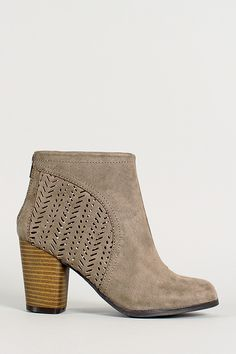 size 7.5- don't have to buy these exact shoes keep in mind! just like the style