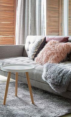 En moderne grå og hvid inspireret stue med FALSLEV sovesofa og BAKKEBJERG  bord. fdd7266139