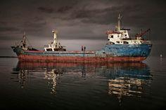 Mattia Insolera_Limbo: Tripulaciones abandonadas en el Mediterráneo.  La crisis económica ha provocado una reducción del 30% en las operaciones de carga y la quiebra de muchas empresas navales. Esto aumenta las tripulaciones abandonadas por sus armadores. La ITF define el abandono en +de 3 meses sin salario y el propietario del buque desaparecido.  Los marineros a bordo durante meses, incluso años, esperan el largo proceso que lleva la venta de la nave para cobrar sus sueldos.
