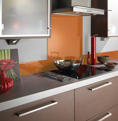35 Top Red Kitchen Design Ideas Trends to Watch for in 2018 Kitchen Wall Tiles, Glass Kitchen, Kitchen Backsplash, Kitchen Dining, Kitchen Decor, Kitchen Cabinets, Backsplash Ideas, Red Kitchen Walls, Cheap Kitchen
