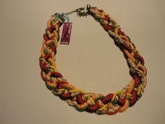 Collar corto en cordones forrados con  cintas textiles y elásticos.