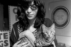 Joey Ramone et son chat. Joey Ramone, Ramones, Punk Rock, Celebrities With Cats, The Bigbang Theory, Joey Tempest, Janis Joplin, Cat People, Music Is Life