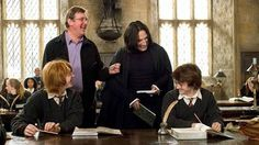 Harry Potter and the Goblet of Fire. Rupert Grint, Daniel Radcliffe, Alan Rickman, Mike Newell prove that Harry and Snape actually can get along. Daniel Radcliffe Harry Potter, Alan Rickman, Saga Harry Potter, Harry Potter Movies, Harry Potter Interviews, Harry Potter Icons, Harry Potter Images, Lily Potter, Maggie Smith
