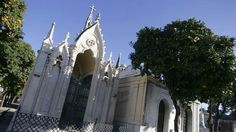 Fachada neogótica del panteón donde descansan los restos de, entre otros, Trinidad Grund.