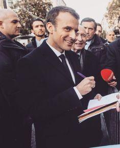 Le président de la République, Emmanuel Macron, dans les rues d'Ajaccio (Corse) ☺️ #PrésidentMacron